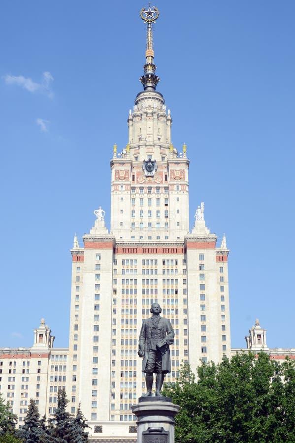 August Heat Sunlight Monument till Mikhail Lomonosov i sparvkullarna byggnaden av den Lomonosov Moskvadelstatsuniversitetet arkivfoton