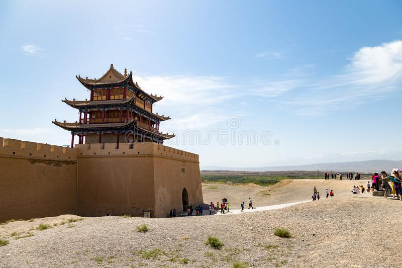 August 2017 - Jiayuguan, Gansu, China - Touristen außerhalb des Tors, welches die Gobi-Wüste gegenüberstellt lizenzfreie stockbilder