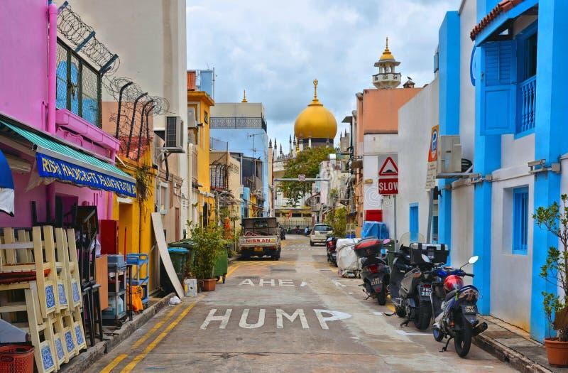 22 august 2017, liten gata med gamla färgrika byggnader, motorcyklar och bilar med kaotisk trafik, gammal moské med Golden Dome I royaltyfri bild