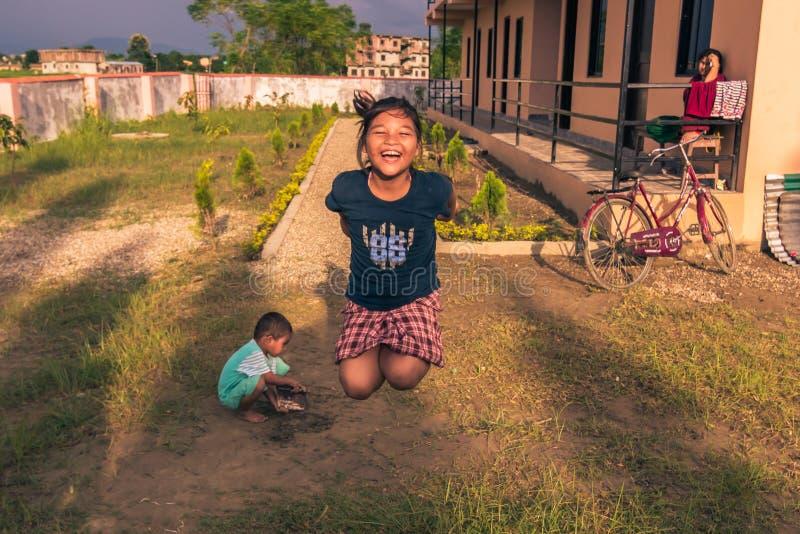 30. August 2014 - Mädchen, das nach Hause in Kinder in Sauraha, Nepa springt stockfotografie