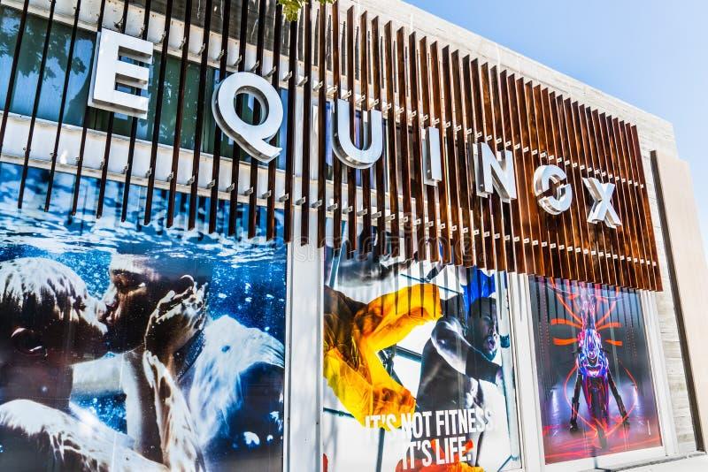 8. August 2019 Palo Alto / CA / USA - Außenansicht des hochmodernen Fitnessstudios Equinox; Equinox ist eine Tochtergesellschaft  lizenzfreies stockfoto