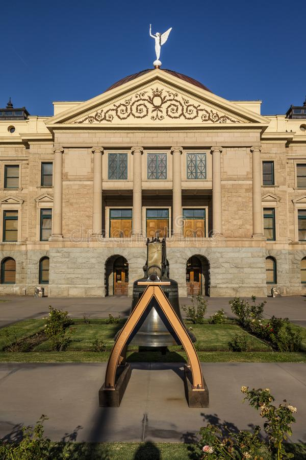 23. August 2017 - PHOENIX ARIZONA - Replik von Liberty Bell vor Staat Arizona-Kapitol Liberty Bell, Statehouse lizenzfreies stockfoto