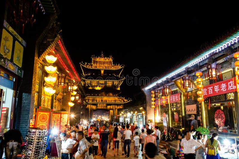 August 2013 - Pingyao, Shanxi, China - Südstraße Pingyao gedrängt mit Touristen nachts lizenzfreie stockbilder