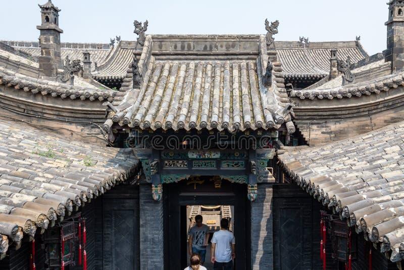 August 2013 - Pingyao, Shanxi-Provinz, China - Tür der mit Ziegeln gedeckten Dächer in einem der Höfe von Ri Sheng Chang, stockfotos