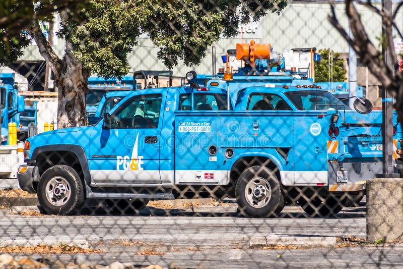 19. August 2019 San Mateo / CA / USA - PG&E Pacific Gas and Electric Company Service Vehicle and other maintenance equipment sta stockbilder