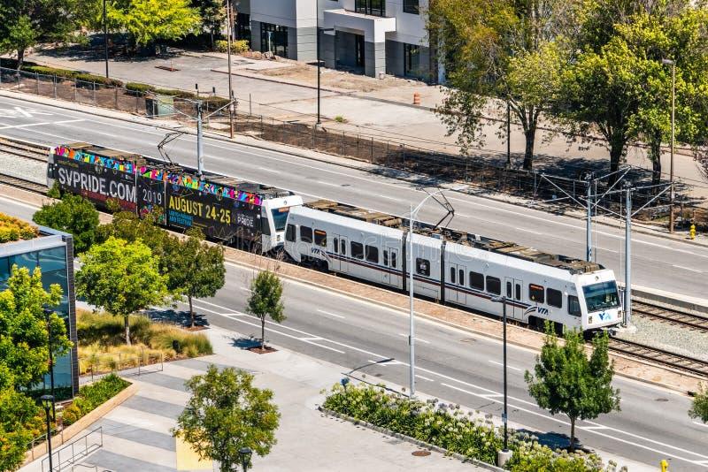 1. August 2019 Santa Clara/CA/USA - Vogelperspektive von VTA-Zug reisend in Süd-San Francisco Bay; VTA-Licht-Schiene ist Umhüllun lizenzfreie stockfotos