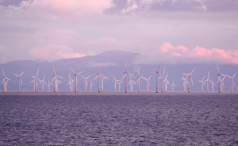 8. August 2017 Windkraftanlagen, der Irische See nahe Liverpool, das Vereinigte Königreich stockfotografie