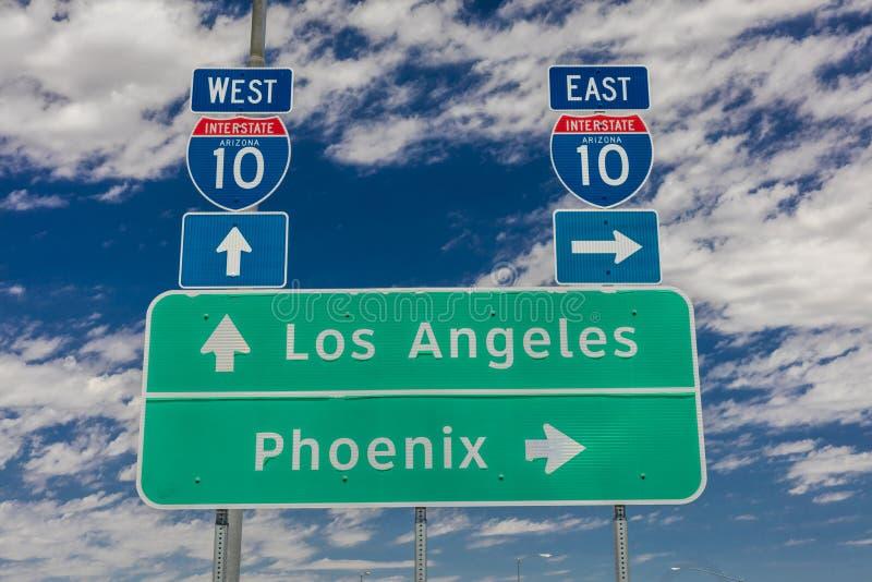 23. August 2017 - zwischenstaatliche 10 Landstraßenzeichen nach und von Phoenix und Los Angeles, West, Kalifornien stockfotografie