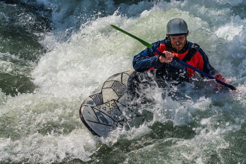 Augusta, Germania - 16 giugno 2019: Kayak di Whitewater, kayak estremo sul Eiskanal a Augusta fotografie stock