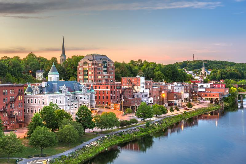 Augusta, Maine, orizzonte del centro di U.S.A. sul fiume kennebec fotografia stock