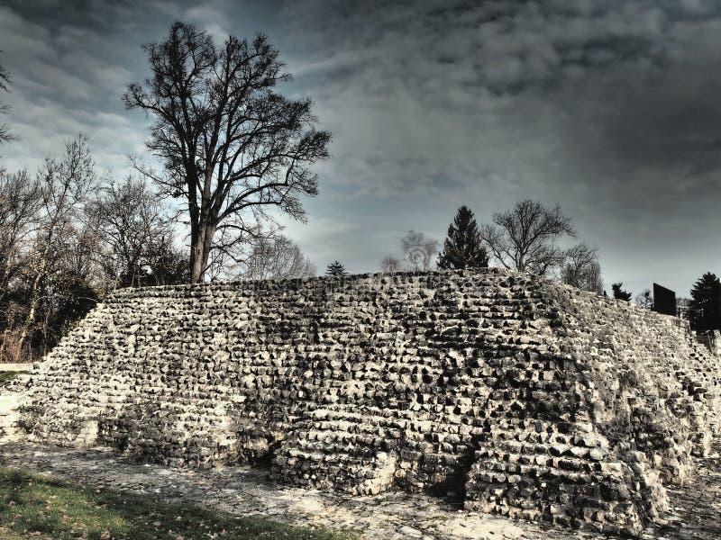 Augusta Raurica è un sito archeologico romano e un museo all'aperto in Svizzera ha individuato sulla sponda sud del Reno fotografie stock libere da diritti