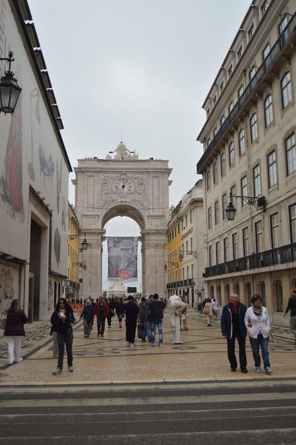 Augusta Street With The Arch nei precedenti con un mimo In Lisbon della via posteriore Natura, architettura, storia, via immagine stock
