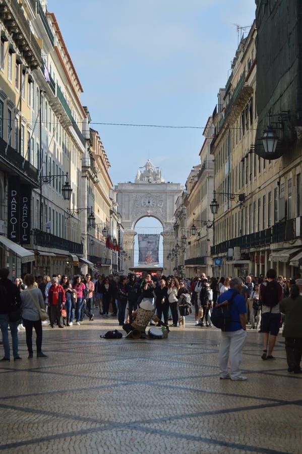 Augusta Street With The Arch nei precedenti con un musicista In Lisbon della via posteriore Natura, architettura, storia, via fotografia stock libera da diritti