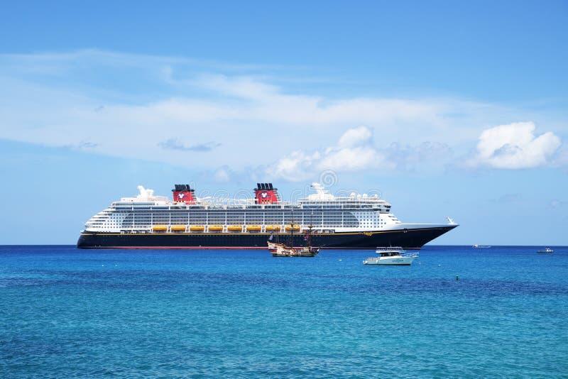 Augusti 2018 Den Disney för kryssningskeppet fantasin ankrade av kusten i Grand Cayman, Caymanöarna, med marin- anslutningar och  royaltyfria bilder