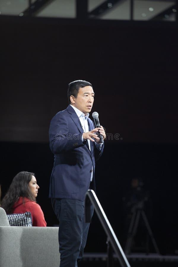 AUGUSTI 10, 2019-DES MOINES, IA/USA: Andrew Yang talar arkivbild