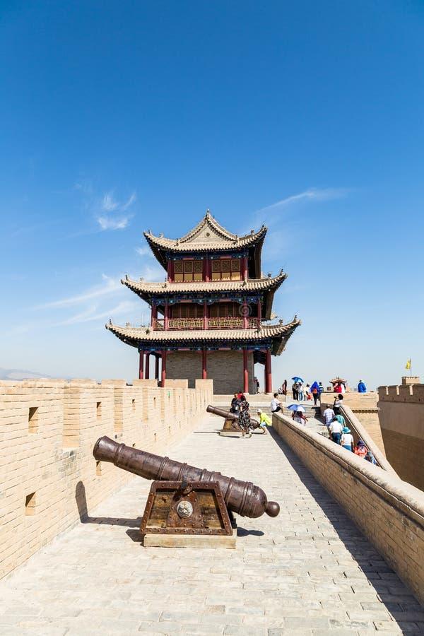 Augusti 2017 - det Jiayuguan fortet, Gansu, Kina - kanon och watchtower av det Jiayuguan fortet royaltyfria bilder