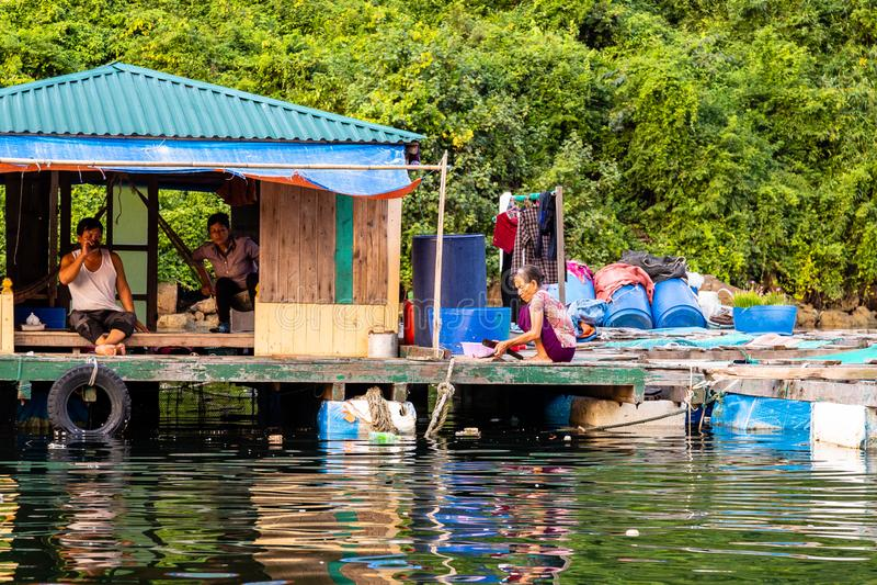 Augusti 2016 - Halong fjärd, platser för Vietnam —dagligt liv i en av fiskarebyarna i den Halong fjärden royaltyfria foton
