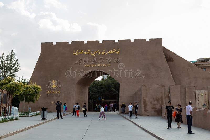 Augusti 2017, Kashgar, Xinjiang, Kina: turister framme av den gamla tillträdesporten av Kashgar, en viktig turist- fläck längs de royaltyfri foto