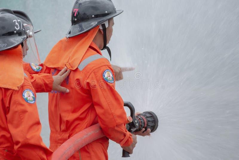 2018 Augusti 7, Lampang, Thailand, brandmän som utbildar, katastrof t arkivbilder