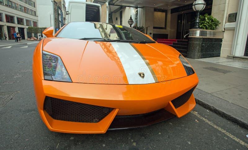 Augusti 2017, London, har en Lamborghini sportbil varit den etiketterade stunden som parkeras på en gul linje arkivbilder