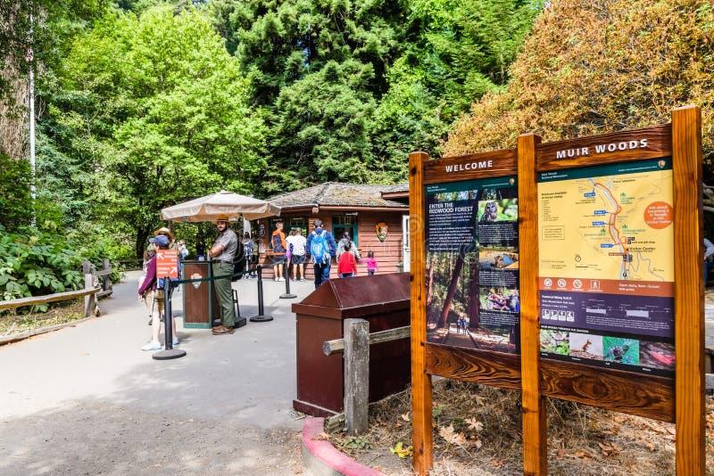 Augusti 10, 2018 maler dalen/CA/USA - informationspaneler och kommandosoldater som välkomnar besökare till Muir Woods National Mo arkivfoto