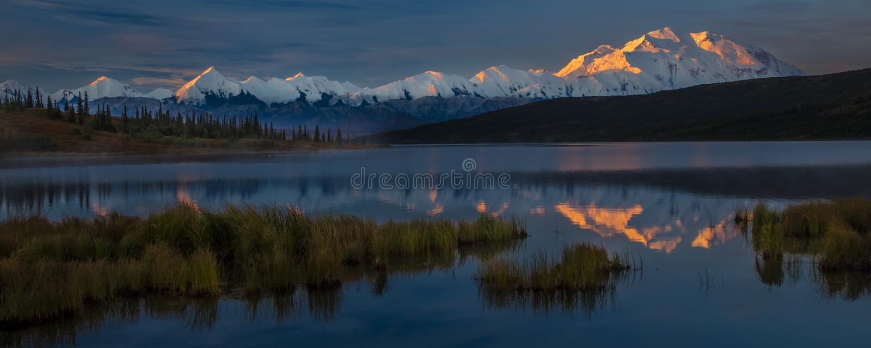 AUGUSTI 29, 2016 - montera Denali på den mirakel- sjön som föregående är bekant som Mount McKinley, maximumet för det högsta berg arkivfoton