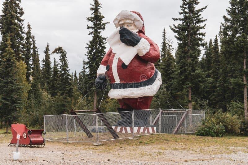AUGUSTI 10 2018 - NORDPOLEN, ALASKA: JätteSanta Claus staty arkivbild
