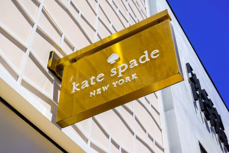 Augusti 2, 2018 Palo Alto/CA/USA - slut upp av den Kate Spade logoen som visas ovanför ingången av lagret som lokaliseras i det e royaltyfri fotografi