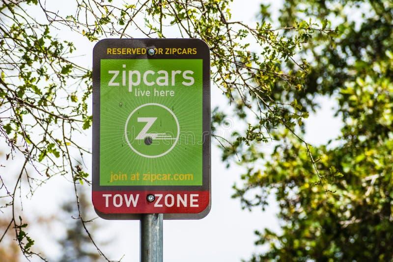 Augusti 8, 2019 Palo Alto/CA/USA - Zipcars reserverade att parkera tecknet i en parkeringsplats i Silicon Valley; Zipcar är dela  arkivfoto