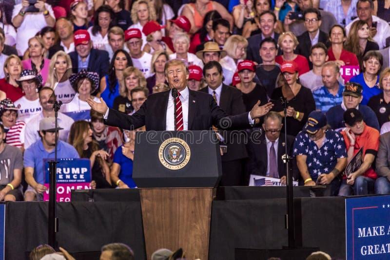 AUGUSTI 22, 2017, PHOENIX, AZ U S President Donald J Trumf talar till folkmassan av supportrar på Entusiastiskt Presidenti 2016 royaltyfri fotografi