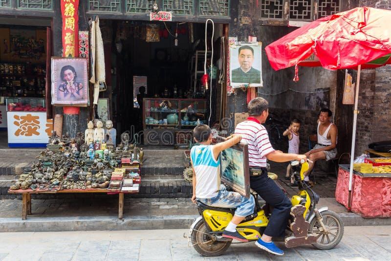 Augusti 2013 - Pingyao, Shanxi, Kina - dagligt livplats i den södra gatan av Pingyao arkivbilder