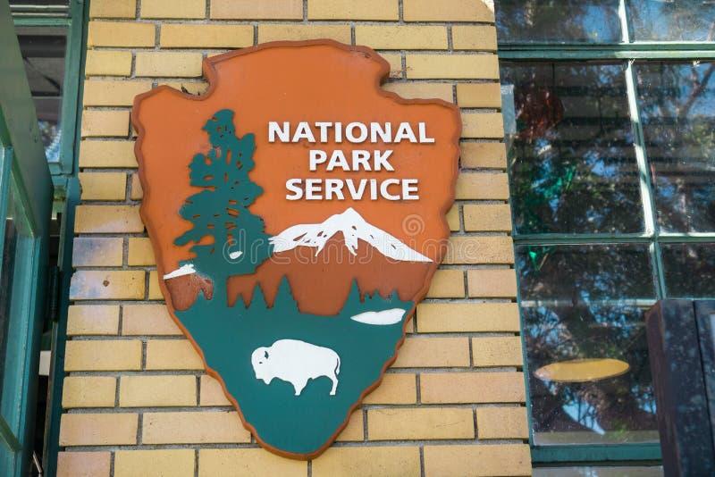 Augusti 26, 2017 Richmond/CA/USA - Förenta staternaNational Park Service (NPS) emblem NPS är en byrå av den federala Förenta stat arkivbild