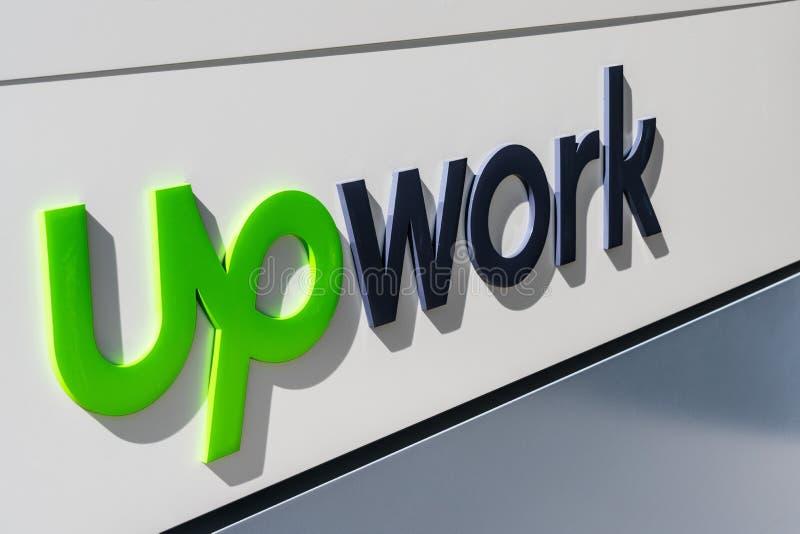 Augusti 1, 2019 Santa Clara/CA/USA - Upwork tecken på deras HQ i Silicon Valley; Upwork global Inc, förr Elance-oDesk, är arkivbild