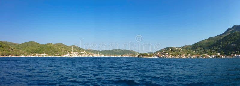 Augusti 7th, 2018 Panoramautsikten av Vathi eller Vathy eller port Vathi är den huvud och huvudsakliga hamnen av ön av Ithaca i royaltyfri bild