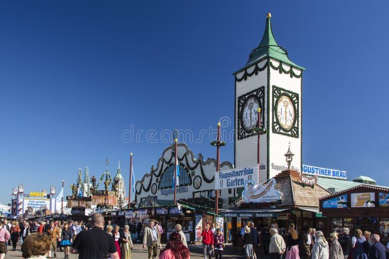 Augustinertent in Oktoberfest in München, Duitsland, 2015 stock foto's