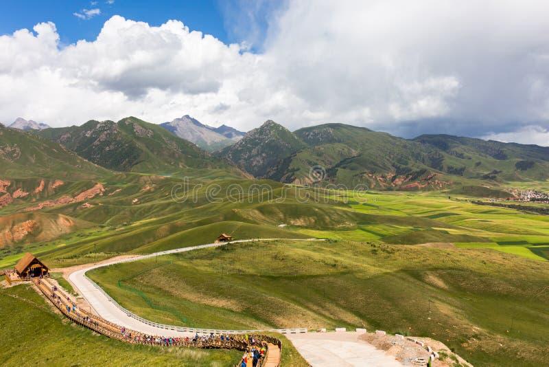 Augusto, le montagne sotto il cielo blu e nuvole bianche, montagna di Qilian fotografia stock