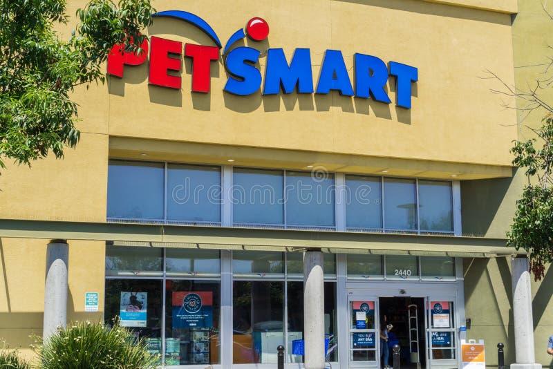 6 augustus, 2017 Berg View/CA/USA - Petsmart storefront, de baaigebied van San Francisco stock foto