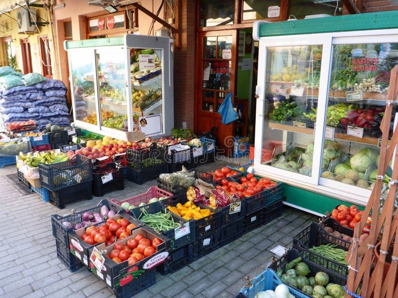 7 augustus, 2018 Buiten kruidenierswinkelwinkel in één van de straten van de Vathi-stad de hoofd en belangrijkste haven van het e stock afbeelding