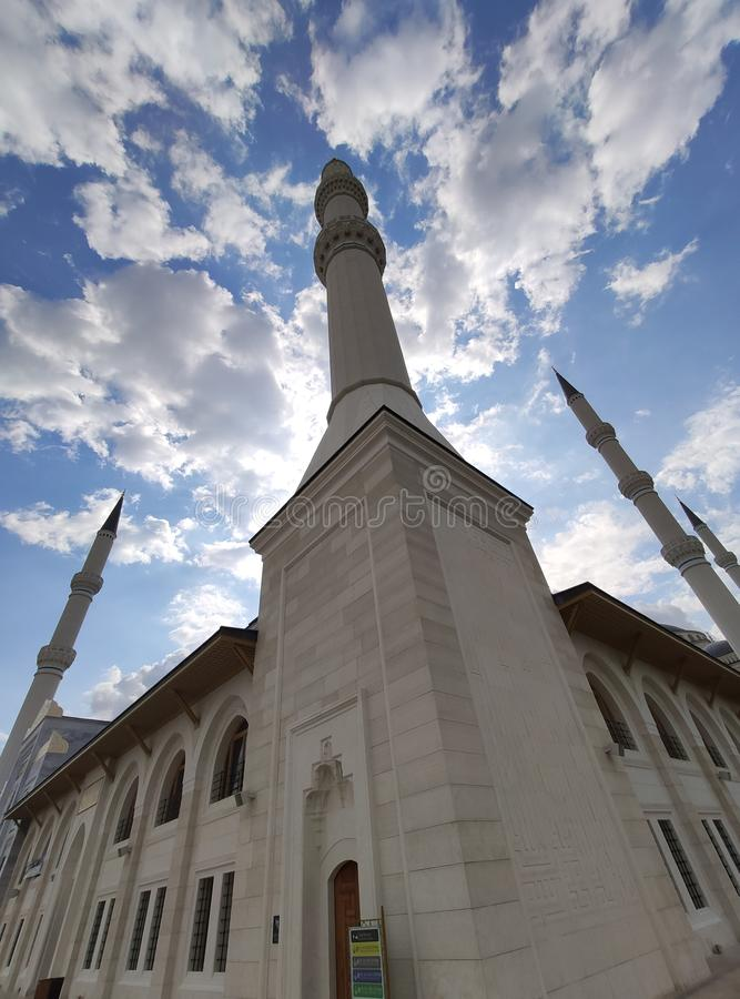 04 Augustus 19 CAMLICA-de mening van de MOSKEEbinnenplaats in Istanboel, Turkije De Camlicamoskee is de grootste moskee van Turki royalty-vrije stock fotografie