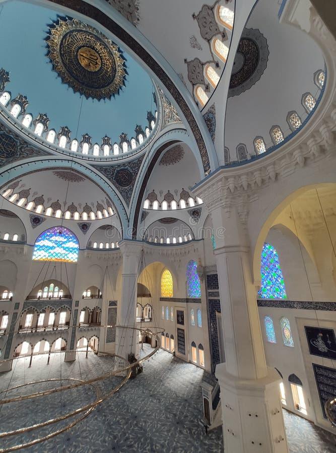 04 Augustus 19 CAMLICA-de mening van de MOSKEEbinnenplaats in Istanboel, Turkije De Camlicamoskee is de grootste moskee van Turki stock foto