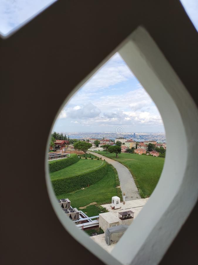 04 Augustus 19 CAMLICA-de mening van de MOSKEEbinnenplaats in Istanboel, Turkije De Camlicamoskee is de grootste moskee van Turki stock fotografie