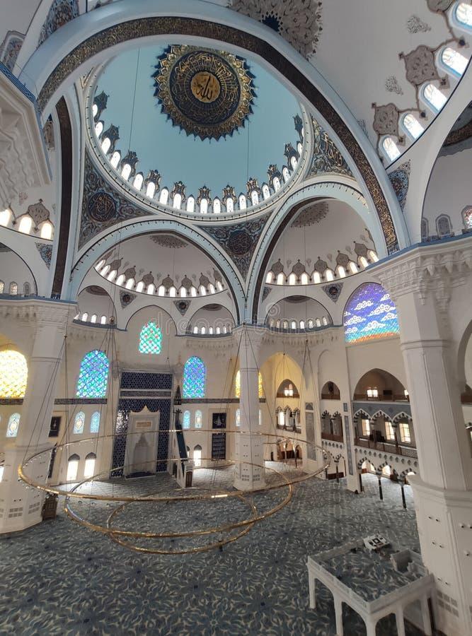 04 Augustus 19 CAMLICA-de mening van de MOSKEEbinnenplaats in Istanboel, Turkije De Camlicamoskee is de grootste moskee van Turki stock afbeeldingen