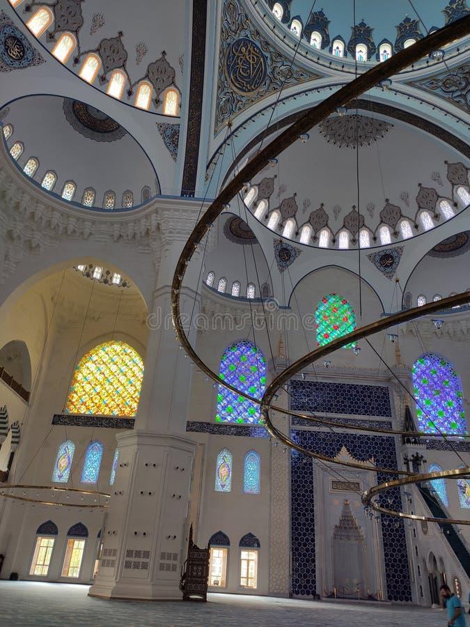 04 Augustus 19 CAMLICA-de mening van de MOSKEEbinnenplaats in Istanboel, Turkije De Camlicamoskee is de grootste moskee van Turki stock foto's