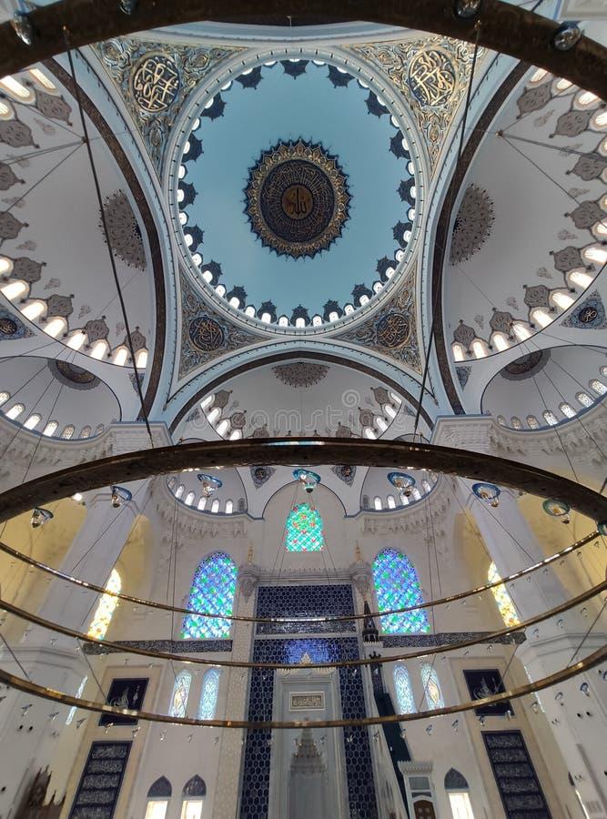 04 Augustus 19 CAMLICA-de mening van de MOSKEEbinnenplaats in Istanboel, Turkije De Camlicamoskee is de grootste moskee van Turki stock afbeelding
