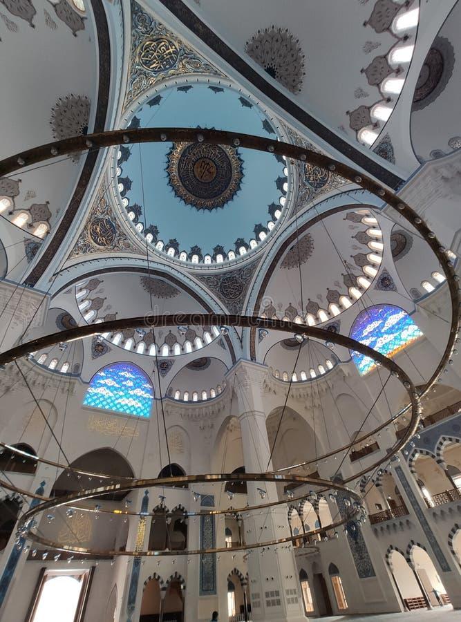 04 Augustus 19 CAMLICA-de mening van de MOSKEEbinnenplaats in Istanboel, Turkije De Camlicamoskee is de grootste moskee van Turki royalty-vrije stock foto's