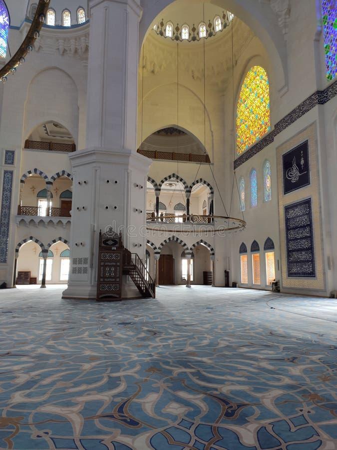 04 Augustus 19 CAMLICA-de mening van de MOSKEEbinnenplaats in Istanboel, Turkije De Camlicamoskee is de grootste moskee van Turki royalty-vrije stock afbeelding