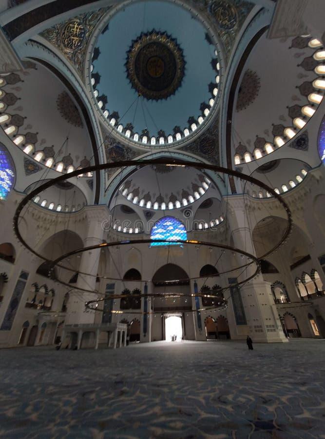 04 Augustus 19 CAMLICA-de mening van de MOSKEEbinnenplaats in Istanboel, Turkije De Camlicamoskee is de grootste moskee van Turki royalty-vrije stock foto