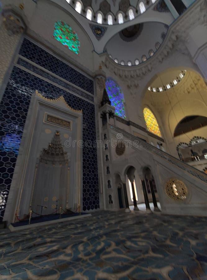 04 Augustus 19 CAMLICA-de mening van de MOSKEEbinnenplaats in Istanboel, Turkije De Camlicamoskee is de grootste moskee van Turki royalty-vrije stock afbeeldingen