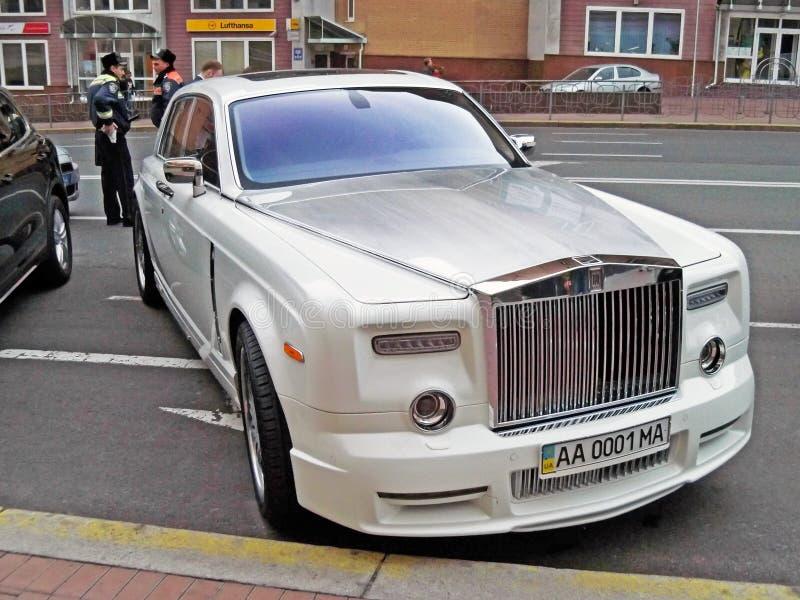 25 augustus, 2010 De Oekraïne - Kiev Wit Rolls Royce Phantom Mansory Conquistador in het parkeerterrein stock foto's