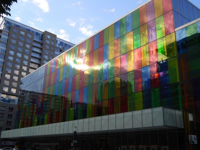 12 augustus 2012, Montreal Quebec Canada, Redactiefoto van Gekleurd Glas in Palais des Congrès Een monumentaal gebouw in Mont stock afbeeldingen